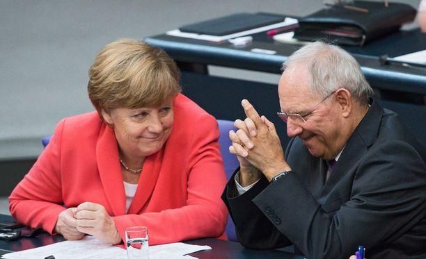 Saksan liitokansleri Angela Merkel ja Saksan valtiovarainministeri Wolfgang Schäuble ovat joutuneet ekonomistien hampaisiin.