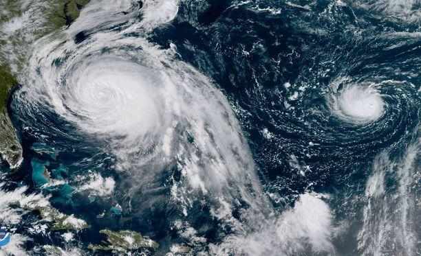 Hurrikaanit Maria (vas.) ja Lee kuvattuna Atlantin valtameren yllä.