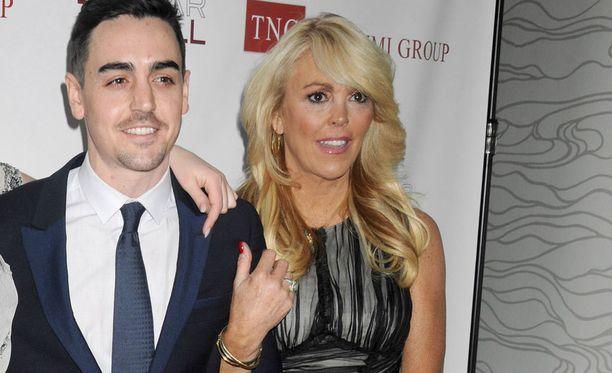 Michaelin äiti Dina on myös ollut poliisien kanssa tekemisissä.