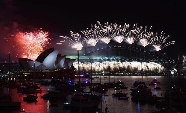 Sydneyn satama upeassa ilotulitussateessa.