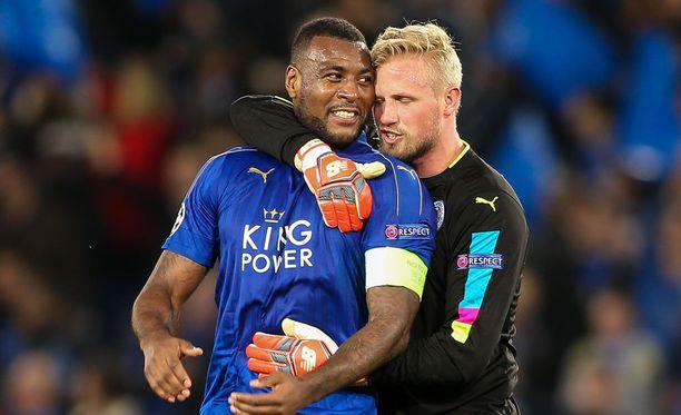 Kippari Wes Morgan ja maalivahti Kasper Schmeichel ovat Leicester-puolustuksen tärkeimmät pelaajat.