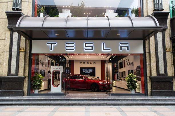 Teslalla on parikymmentä omaa myymälää Kiinassal.