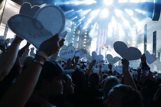 Cheek lopetti uransa. Fanijoukko heilutti sydämen muotoisia kiitos-kylttejä Enkelit-kappaleen aikana. Jäähyväiskonsertti Valot sammuu järjestettiin Lahden mäkimontussa elokuussa.