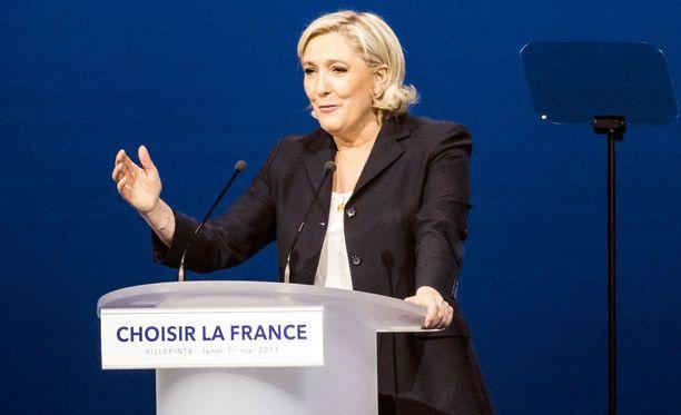 Sunnuntaina selviää, nouseeko Ranskan presidentiksi Kansallisen rintaman ehdokas Marine Le Pen (kuvassa), vai keskustalainen Emmanuel Macron.