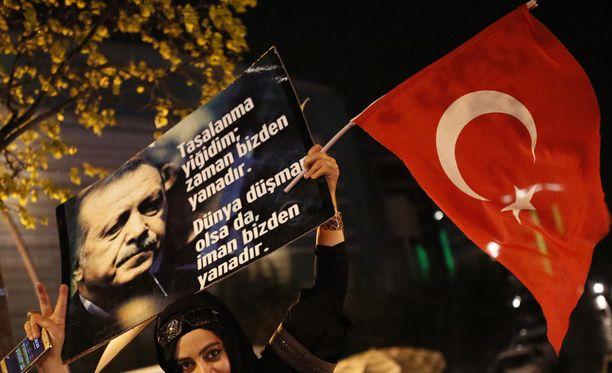 Turkin presidentti Recep Tayyip Erdoganin kannattajat juhlistivat kansanäänestyksen epävirallista tulosta perustuslain muuttamisesta.