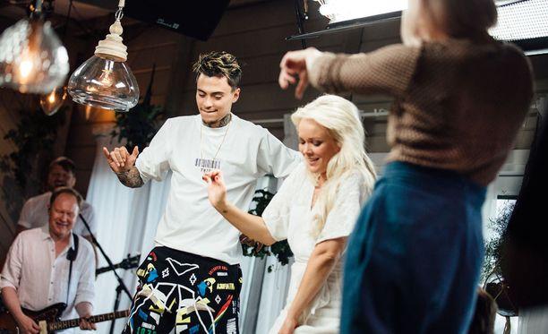 Mikko Kuustonen saa koko Vain elämää -laulajajoukon joraamaan. Innokkaimmat nousevat tuolleille ja panevat parastaan.