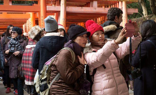 Fushimi Inarin temppeli Kiotossa on erittäin suosittu turistikohde.
