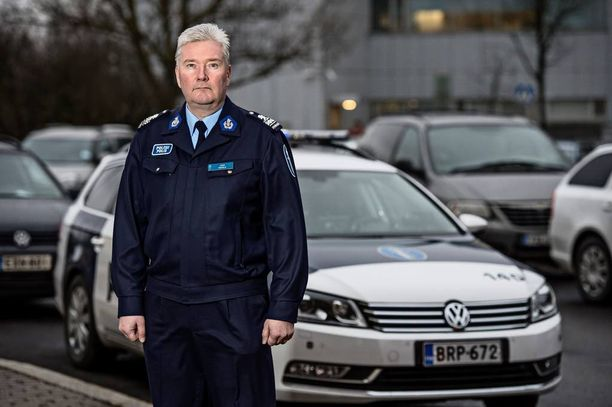 Ylikomisario Juha Hakola vastaa Helsingin poliisilaitoksen viestinnästä.