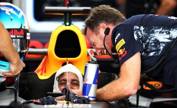 Christian Hornerin (oikealla) mukaan Red Bull haluaa pitää Daniel Ricciardon tallissa ensi kauden jälkeenkin.