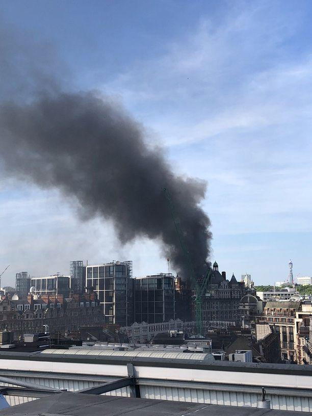 Palo nostattaa sankkaa mustaa savua.
