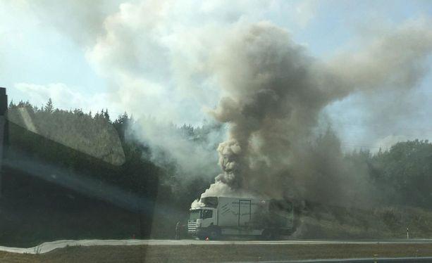 Ajoneuvopalo savutti sankasti moottoritien laidalla Salossa. Liikenne Helsingin suuntaan on toistaiseksi poikki.
