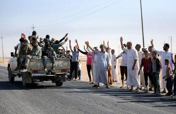 Kirkukin alueen arabiväestö osoittaa kannatustaan alueella olevalle Hashd al-Shaabi -militiaryhmälle. Kuva lokakuulta.