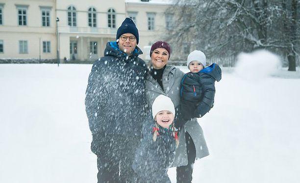 Kruununprinsessa Victoria perheineen kotilinnansa pihalla.