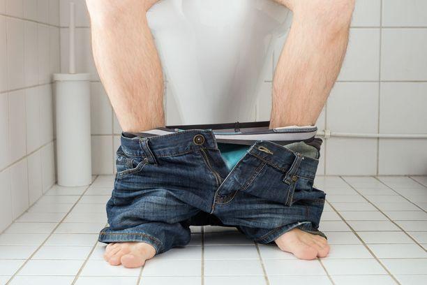 Erään lukijan mukaan appiukko etsi vessalukemista ja jätti pöntön sitten ikävään kuntoon.