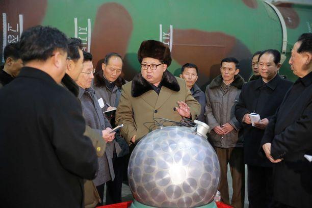 Kim Jong-un on ylpeillyt toistuvasti Pohjois-Korean ydinaseilla. Maan valtiollisen uutistoimiston KCNA:n julkaisemassa kuvassa hän poseeraa kuvan keskellä tiedemiesten ja teknikoiden kanssa.