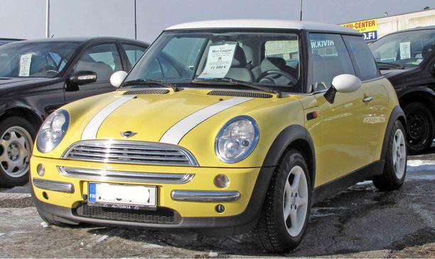 Kevytauton etsijä suuntaa katseensa myös käytettyjen autojen kauppaan. Mini Cooper käy kevytautoksi sekin, jos ja kun sopiva nopeudenrajoitin asennetaan siihen.