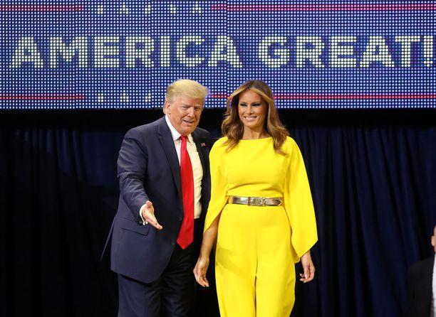Presidentti Donald Trump kertoi vaimonsa Melanian kanssa pyrkivänsä seuraavalle kaudelle vaalikampanjansa avajaistilaisuudessa Floridan Orlandossa 18.6.2019.