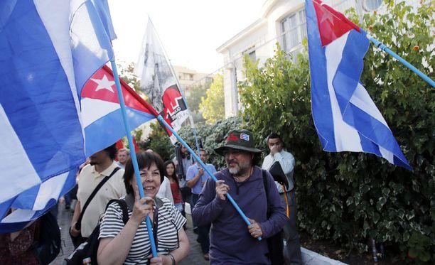 Joukko kuubalaisia juhli maiden välisten suhteiden lämpenemistä ja vankien vapauttamista joulukuussa.
