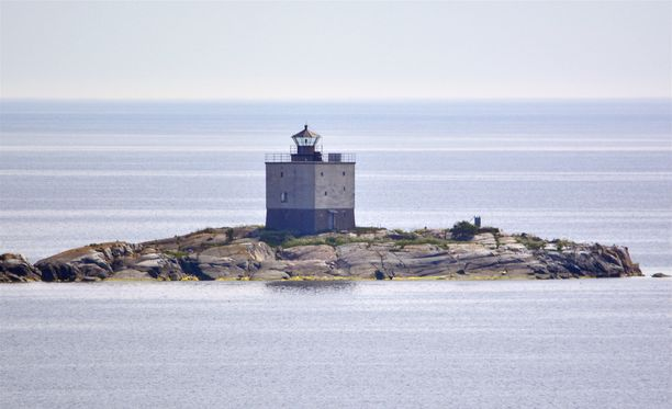 Tjärvenin majakka sijaitsee laivareitin varrella Ahvenanmaan ja Ruotsin saariston välissä.