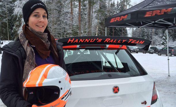 Reeta Hämäläinen poseeraa Mikko Lehessaaren uuden Skoda R-vitosen vieressä. Vastaavilla autoilla ajetaan MM-sarjan WRC2-luokassa.