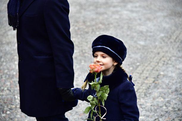 Prinsessa Estelle oli nostanut kutreilleen lämpöiseltä vaikuttavan hatun.