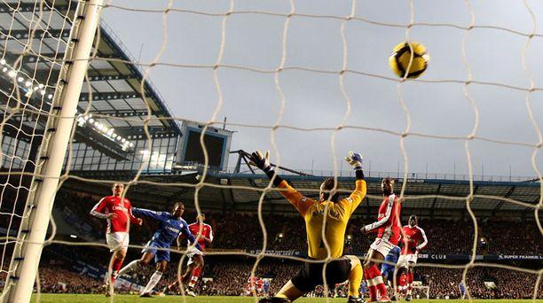 Didier Drogba täräyttää 2-0 Chelsealle.