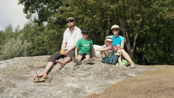 Annika Laakso on lähtöisin Kankaanpäästä, mutta asuu perheineen nykyisin Turussa. Kuvassa Ville, Toivo, Veikko ja Annika Laakso Ruissalon maisemissa.