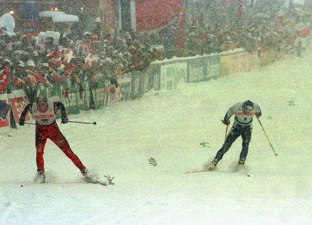 Norjan Thomas Alsgaard (vas.) voitti Mika Myllylän suomalaisittain katkerassa 15 kilometrin vapaan takaa-ajokisassa loppusuoran kirikamppailussa.