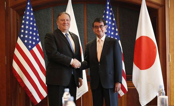 Mike Pompeo selvitti USA:n Aasian liittolaisille Trumpin ja Kimin sopimuksen sisältöä. Kuvassa myös Etelä-Korean presidentti Moon Jae-in.