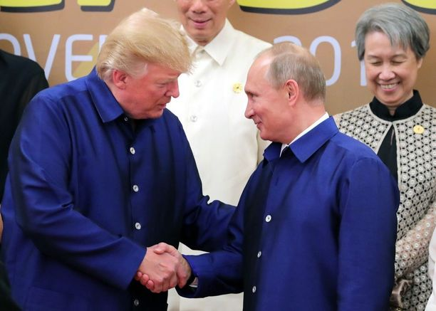 Samanlaisiin paitoihin pukeutuneet presidentit tervehtivät toisiaan Vietnamissa 10.11.2017.