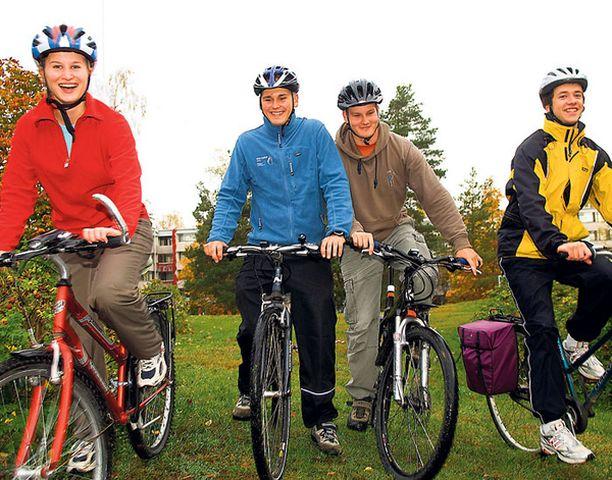 PYÖRÄN SELKÄÄN. Heidi Mod, Olli-Pekka Järvinen, Ilari Vuoroksa ja Matti Honkanen testasivat lämpökerrastoja viikonlopun pyöräreissulla.