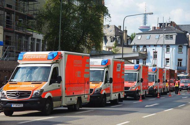 Potilaiden siirtoon osallistuneet ambulanssit jonottivat sairaalan edustalla lauantaina.