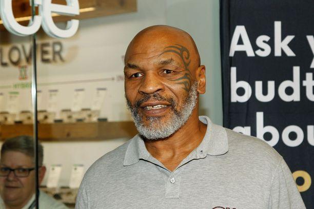 Mike Tyson ottelee näytösottelussa.