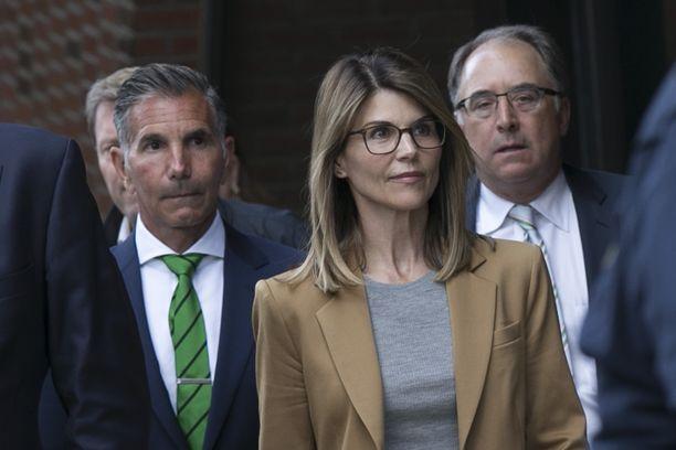 Näyttelijä Lori Loughlin ja hänen aviomiehensä Mossimo Giannulli, vas., saivat kovat tuomiot yliopistohuijauksista.