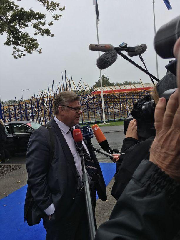 Timo Soini kertoi EU-kokoukseen saapuessaan suhtautuvansa myönteisesti EU:n puolustusyhteistyön syventämiseen. Soinin mukaan on tärkeää saada aikaan pysyvää rakenteellista yhteistyötä. Esimerkiksi EU:n puolustusrahasto on Soinin mielestä hyödyllinen hanke.
