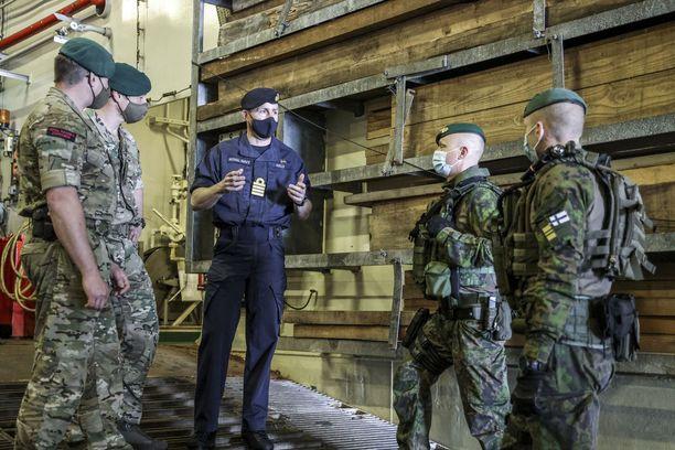 Uudenmaan prikaatin rannikkojääkärit harjoittelivat kuluneella viikolla yhteisiin maihinnousuihin liittyviä alusoperaatioita Britannian kuninkaallisen merijalkaväen kanssa.