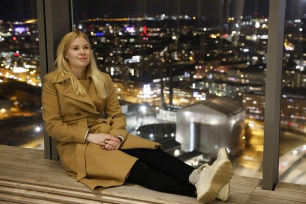 Helsingin Kalasataman Majakka-pilvenpiirtäjän 25. kerroksessa asuva Emiliana Skoog ja näkymä talon 33. kerroksen terassilta. Arkistokuva viime joulukuulta.