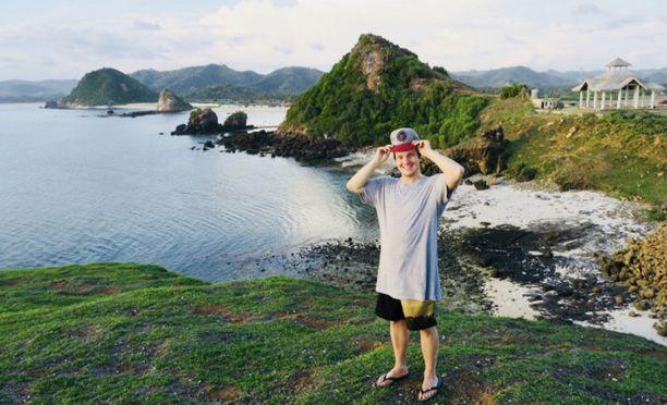Balilla lomaileva Johannes Laine kertoo tunnelman olevan rauhallinen tulivuoren tuprahtelusta huolimatta.