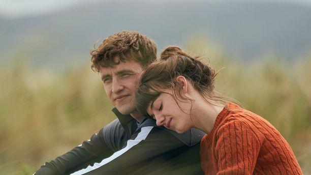 Connellin ja Mariannen suhde kehittyy sarjan myötä.