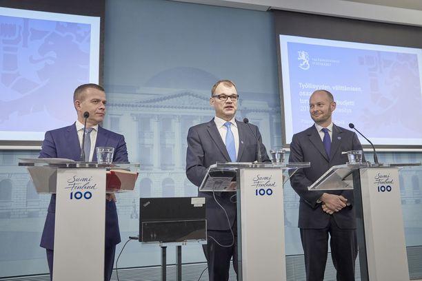Juha Sipilän hallituksen lainsäädäntötyö saa rajua kritiikkiä. Kuvassa ministerit Petteri Orpo (kok), Juha Sipilä (kesk) ja Sampo Terho (sin) budjettiriihessä.