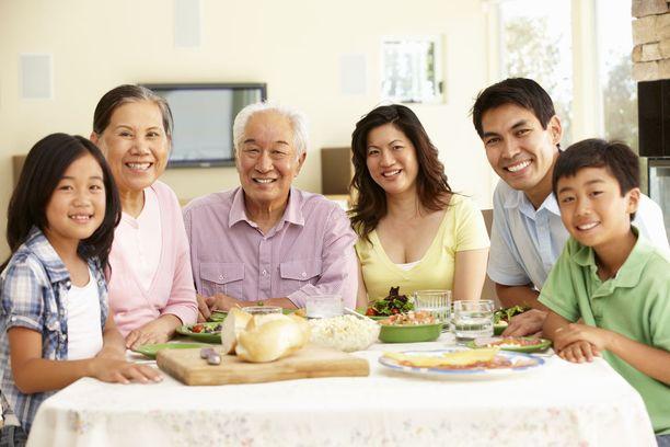 Japanilaisissa ravitsemussuosituksissa korostetaan myös muun muassa ruoasta nauttimisen ja ruokapöytäkeskustelujen merkitystä.