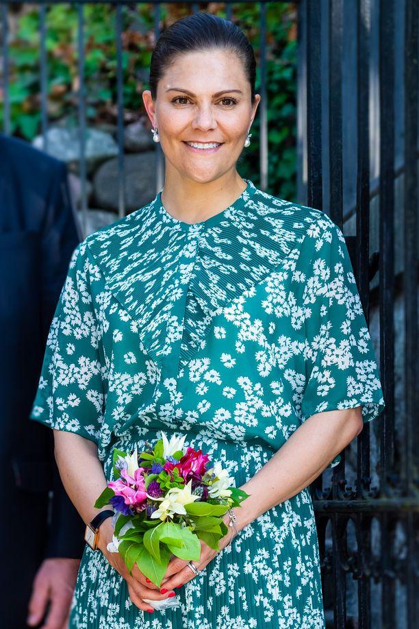 Kruununprinsessa Victoria edusti työtehtävissään viime viikolla kesäisessä kukkamekossa.