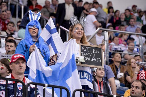 Anu Laitila (vas.) ja Inka Karppinen heiluivat maanantain Kazakstan-ottelussa Minsk Areenan katsomossa.
