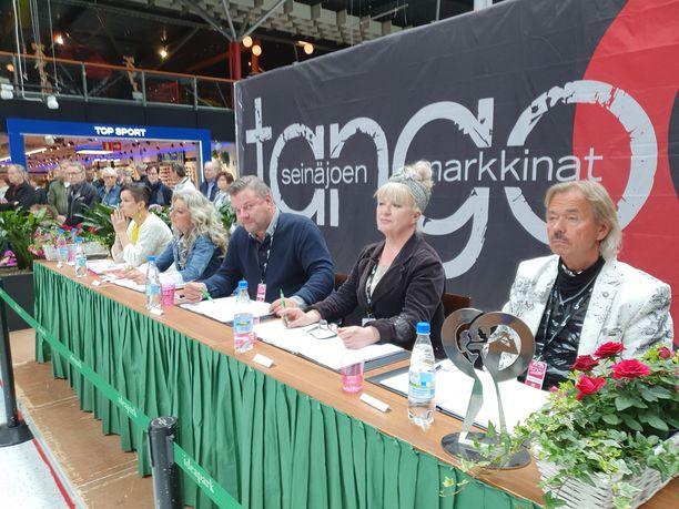 Jari Sillanpää edusti hyväntuulisena Lempäälän Ideaparkissa järjestetyssä Tangomarkkinoiden tilaisuudessa.