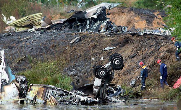 Pelastustyöntekijät matkustajakoneen onnettomuuspaikalla Volgan varrella.