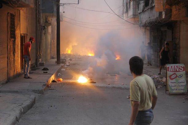 Ainakin neljä napalmin kaltaisen aineen aiheuttamaa tulipaloa paloi maassa kapealla kadulla Itä-Aleppossa elokuun 7. päivänä.