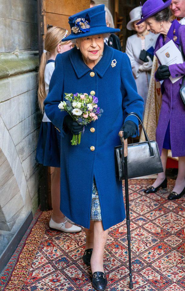Kuningatar Elisabet oli pukeutunut tyylikkäästi siniseen asuun. Huomio kuitenkin kiinnittyi kävelykeppiin.