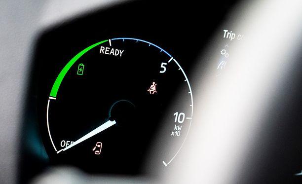 Sarjahybridissä autoa liikuttaa aina sähkömoottori. Polttomoottorilla generoidaan virtaa ajoakulle.