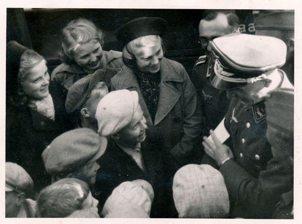 Luftwaffen upseeri jututtamassa suomalaisia. Saksalaisjoukkojen saapuminen Pohjanlahden satamiin syksyllä 1940 tuli yllätyksenä.
