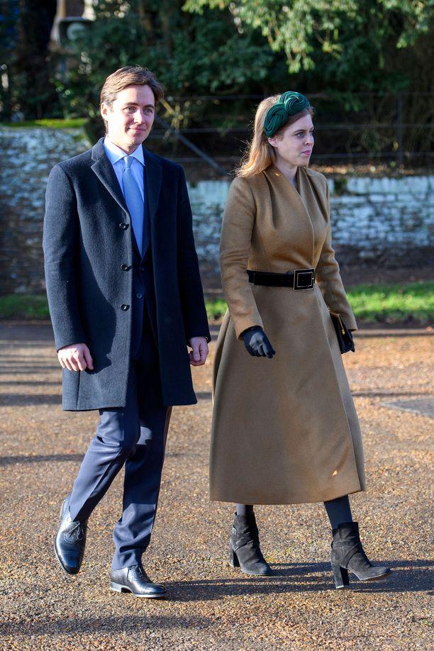 Edoardo Mapelli Mozzi ja prinsessa Beatrice osallistuivat jouluna joulujumalanpalvelukseen Sandringhamissa muiden kuninkaallisten tavoin.